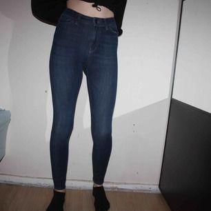 "Mörkblå ""Spray On"" Higher ankle jeans från BIKBOK. Storlek XS. Endast använd en gång.   Frakt kostar 79kr, postnords blåa kuvert."