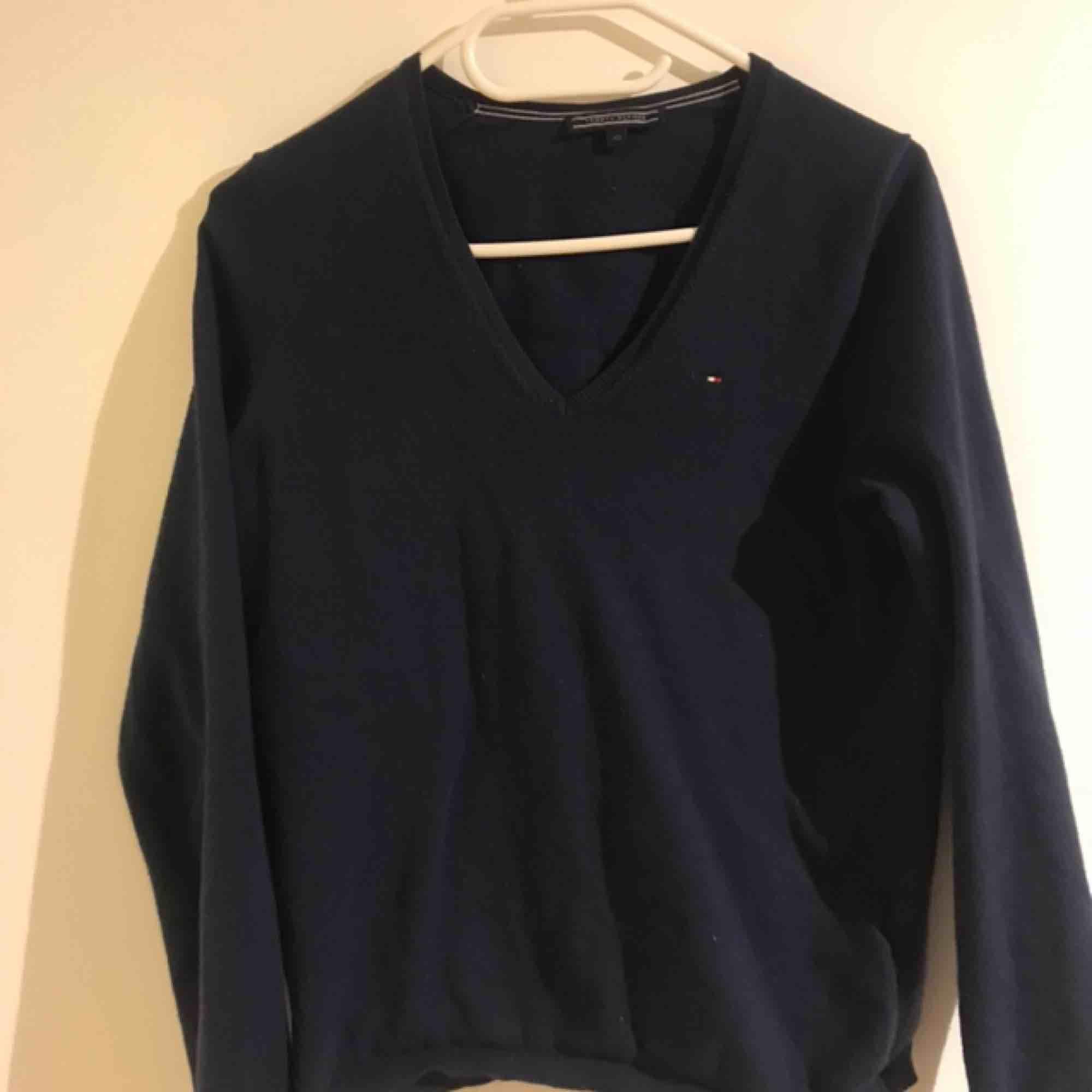 Mörkblå långärmad tröja från Tommy Hilfiger, använd Max 5 ggr. Tröjor & Koftor.
