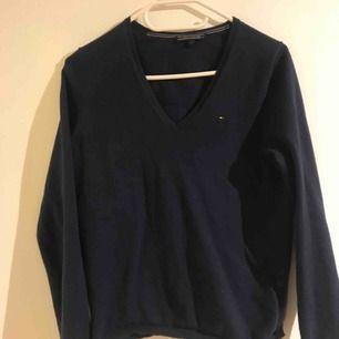 Mörkblå långärmad tröja från Tommy Hilfiger, använd Max 5 ggr