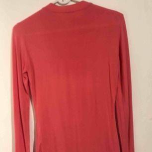 En hyfsat tajt tröja. Rosa/lax färgad tröja från Nelly:)