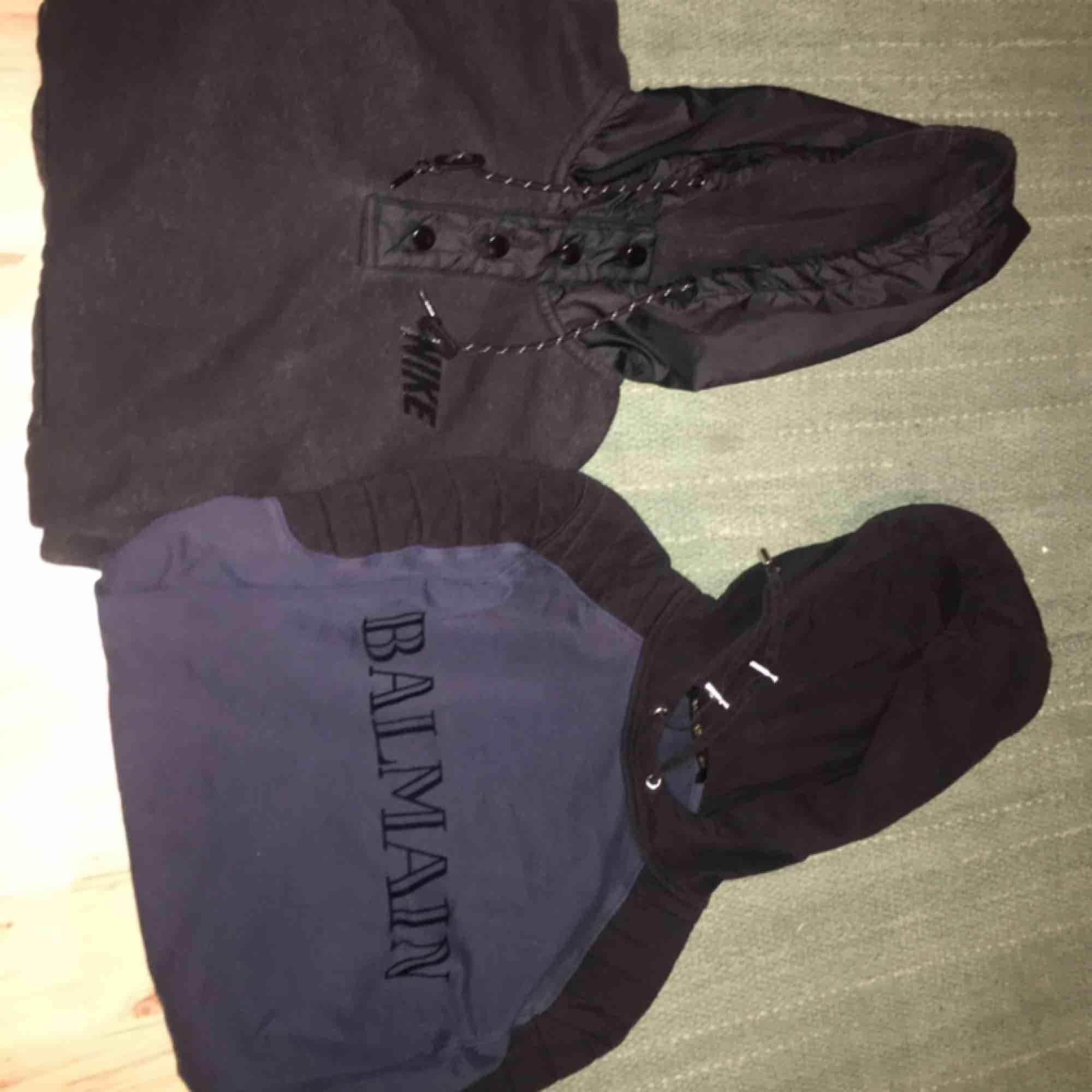Paket pris! Båda är i stl M. Betalning sker via swish och köpare står för ev frakt 📦 . Huvtröjor & Träningströjor.