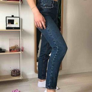 Coola mom jeans köpta på bershka! Säljer då de är lite för tighta för min smak och kommer helt enkelt inte till användning❤️