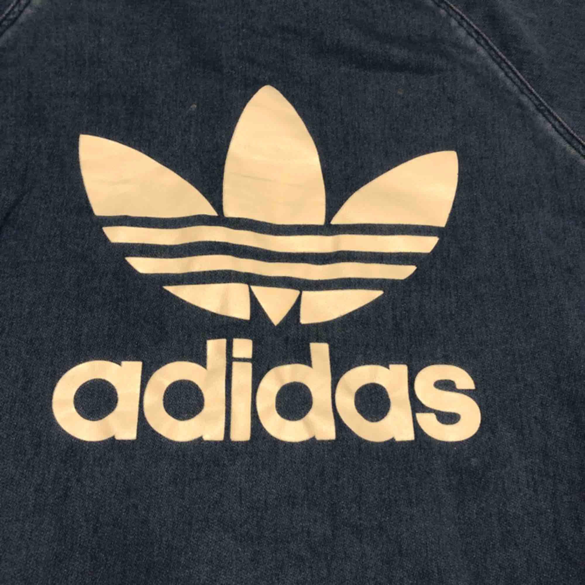 Adidas crew neck - Hämtas i Uppsala eller skickas mot fraktkostnad . Huvtröjor & Träningströjor.