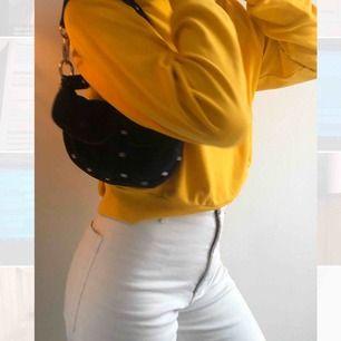 En sol gul lite tunnare sweatshirt, fungerar på storlek XS-M. Nyskick och inga defekter. Möts upp i Stockholms innerstad. Kika på min sida, mycket nya plagg upplagda❤️