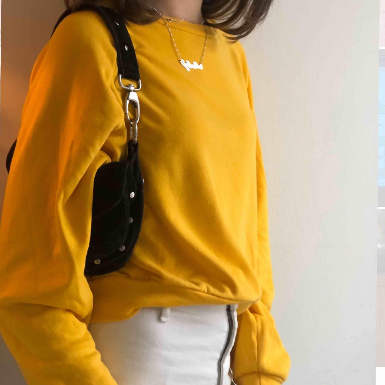 En sol gul lite tunnare sweatshirt, fungerar på storlek XS-M. Nyskick och inga defekter. Möts upp i Stockholms innerstad. Kika på min sida, mycket nya plagg upplagda❤️. Huvtröjor & Träningströjor.