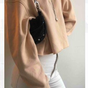 """En beige hoodie i boxigare modell. Skönt material och stor luva med ett dekorativt snöre med """"diamanter"""" på (se bild) är i storlek 36 men skulle säga att den funkar för dig som har 34-40 då den är bred i modellen. Kika på min sida för nya fina plagg"""