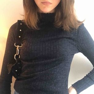 En mörkblå ribbad tröja i storlek xs men funkar även på S. Lite högre krage och fina detaljer vid slutet på ärmen. Kika på min sida för fler nya fina plagg