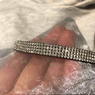 Choker halsband. Exklusiv och glittrig. Köpare står för frakt.