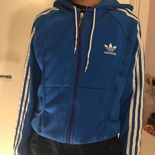 Oversized adidas kofta i blå färg, det är storlek 42 men passar folk med storlek S om man vill ha den lite oversized!! Väldigt fin!