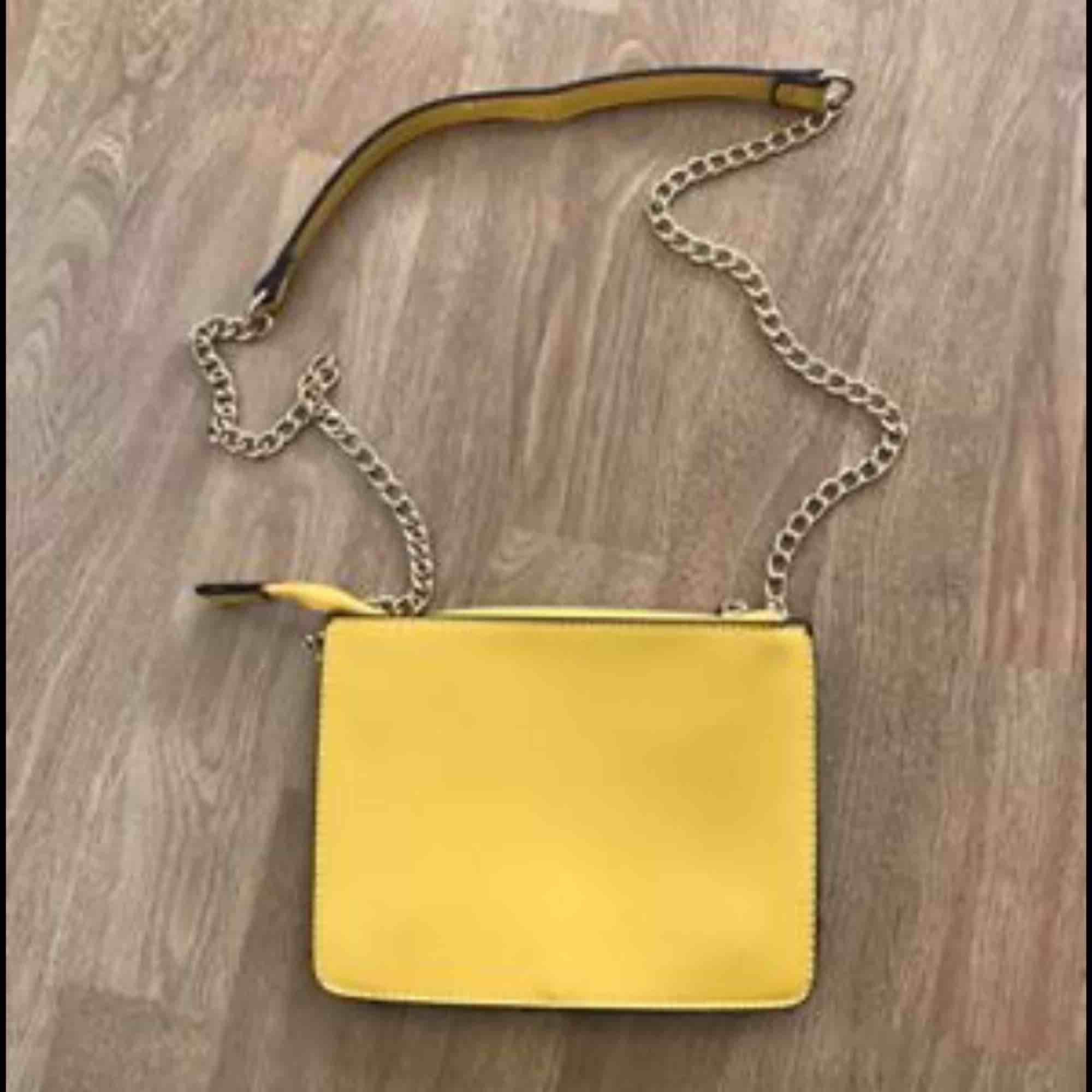 En snygg gul väska! Kan skickas med post men då står köparen för frakten! 🤩. Väskor.