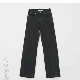 Söker dessa grå/svarta jeans från Carin Wester i storlek 40. Om någon har ett par eller några liknade jeans ni vill sälja hör gärna va er.