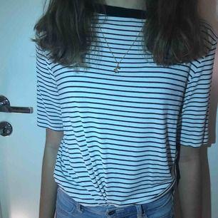 En randig fin t-shirt i storlek S från carlings, köpte den för något år sedan men har knappt använt den som man ser på bilderna