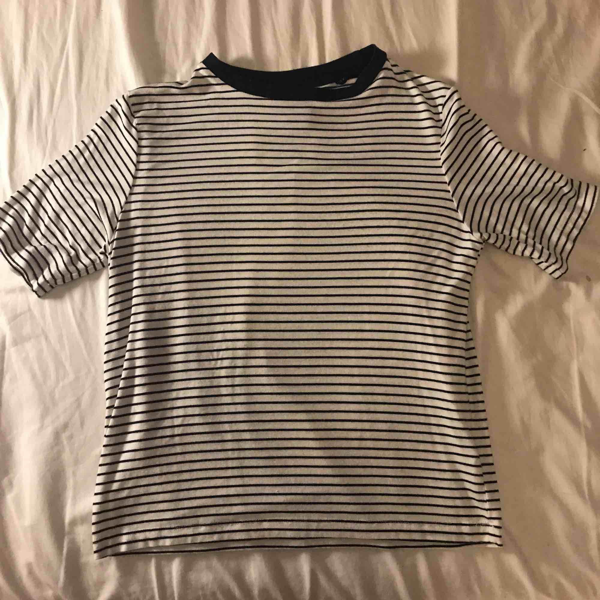 En randig fin t-shirt i storlek S från carlings, köpte den för något år sedan men har knappt använt den som man ser på bilderna. T-shirts.
