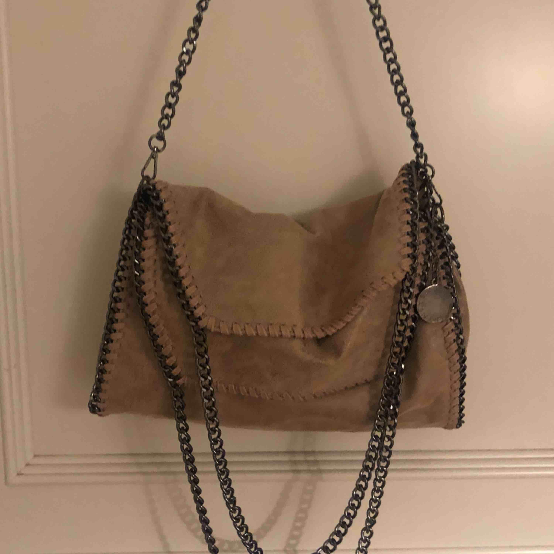 Stella McCartney väska AA-kopia beige, sparsamt använd i bra skick säljes för högstbjudande . Väskor.