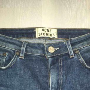 Ett par nästintill oanvända jeans från Acne studios, äkta såklart! Köpte för några månader sedan av en kompis pga fel storlek men inte fått användning av de då de inte är min stil. Sitter dock jättebra, fickorna är äkta!! Buda, frakt ingår!