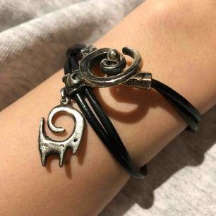 Handgjort armband. Köpt för 48euro. Aldrig använt. Läder och silver skulle jag tro. Köpare står för frakt.