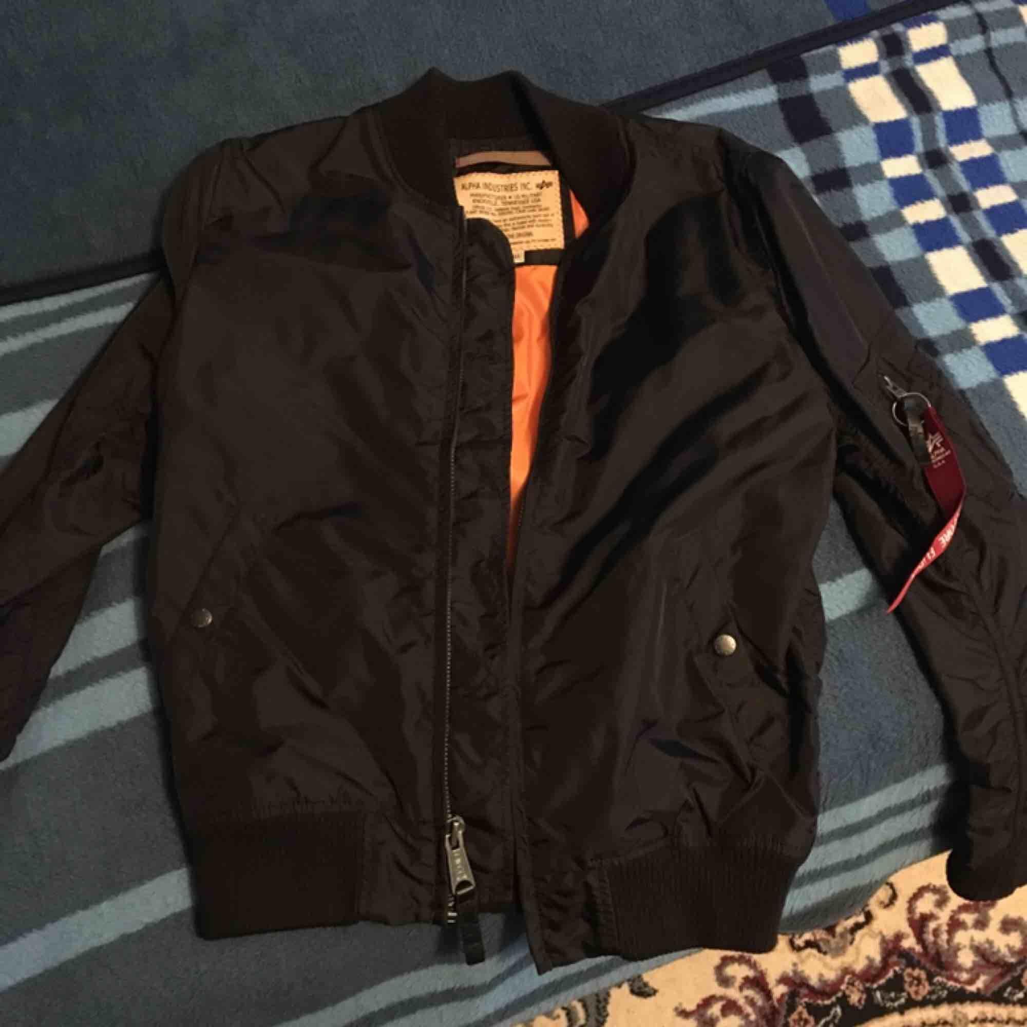 Storlek: Small Färg: Svart ALDRIG använd Köptes på Kennedies för 1500kr. Jackor.