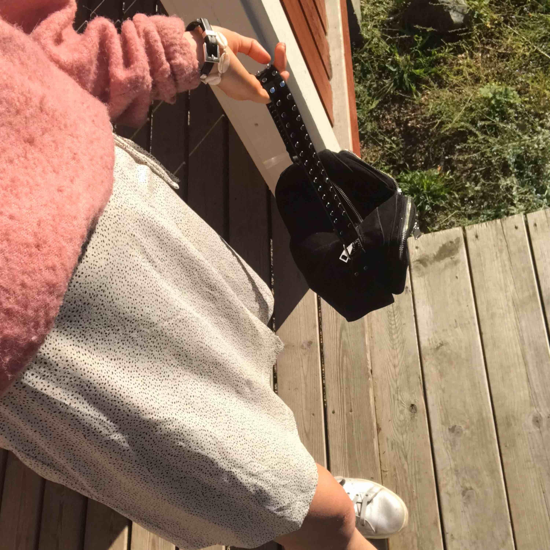 Säljer min superfina noella väska! Använt sparsamt, samt kommer med ett justerbart svart längre band! Köpt i Danmark för 715kr 😋😋😋😋. Väskor.