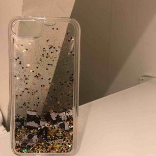 Dekorativt Karl Lagerfeldt skal köpt i London, nypris 600kr, säljer pga att det inte passar då jag köpt ny mobil, använt ca 1-2 veckor