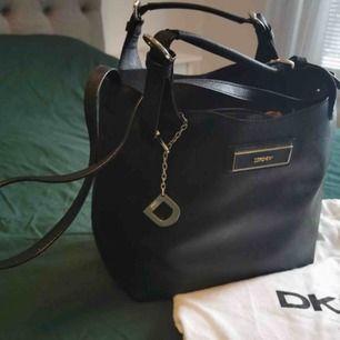Jätte fint DKNY väska