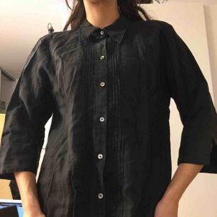 Svart bomulls-skjorta handsydd i Vietnam.  (っ◔◡◔)っ MÅTT: Byst: 50cm Längd: 84cm Ärm: 44cm