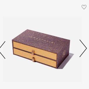 Anastasia box med 2st palette! Säljer pga använder inte! Har fått som present! Paletten är oanvänd med plasten sitter kvar!