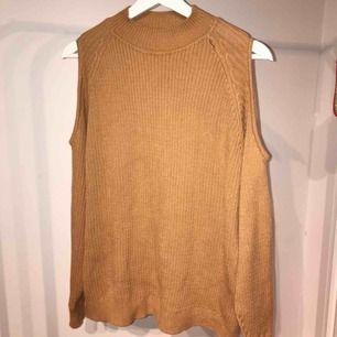 Supermysig tjocktröja✨ tröjan kommer från HM och är i storlek L men är ganska liten i storleken! Obs: sömmen har lossnat lite från kragen men kan enkelt sys fast igen!:)