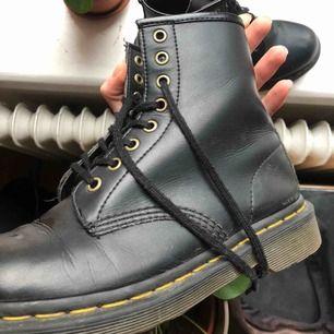 VEGAN Dr Martens 1460! 2 år gamla, använda men i så gott som perfekt skick. Den perfekta skon, säljer dessa endast för att jag köpt nya martens. Nypris på dessa är 1790:- så passa på! Det blöta på bilden är vatten pga nyputsade:)