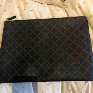 Datorfodral från By Malene birger. Nypris: 1499kr. Använt en gång. Passar en dator med 13 tumm.