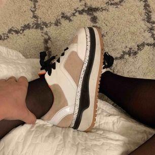 Skitsnygga skor från Zara! Endast använda ca 5 gånger och de rengörs innan köp💕💕 köparen står för eventuell frakt