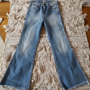 Märke: Wrangler Typ: Jeans Storlek: 25/32 Modell: Retro Crop Flare Färg: Blå Material: Bomull Innerbenslängd (cm): 67 Midjemått (cm): 72, high waist.  Köparen betalar frakten 🌻