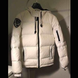 Säljer min D.Brand Eskimå Down jacket då den inte passar mig. Väldigt bra skick då den köptes förra vintern och har använts ett fåtal gånger. Nypris ca 1999kr Skriv för fler bilder eller frågor!! :)