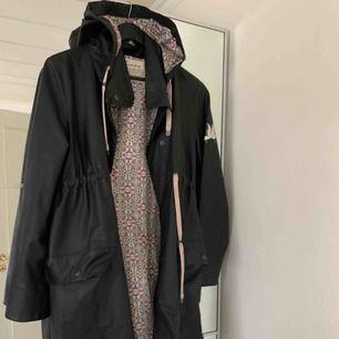 Säljer nu min superfina regnkappa fem Odd Molly i storlek 1. Passar storlek XS-M beroende på hur man vill att den ska sitta. Den är i super fint skick och använd ett fåtal gånger. Säljer den pga att jag har två regnkappor. Frakt tillkommer