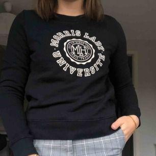 En mörkblå morris tröja som endast är andvänd på bilden. Nypri 1199kr