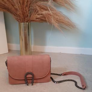 Handväska från gina tricot  Färg: Rosa/nude (matt) med svarta detaljer