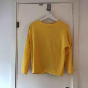 Gul sweatshirt från Pull&Bear, köpt på teneriffa och använd endast en gång. Frakt tillkommer! :)