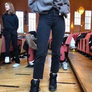 Supersnygga jeans från Zara🤩🤩🤩 i superfint skick, dom är i ankellängd och säljs pga försmå för mig skulle säga att det är en xxs 💞