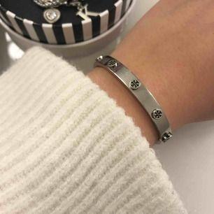 Intressekoll tory burch armband, nypris 1500kr köpt på nk, säljer pga använder ej silversmycken, HLGSTA BUD 900kr