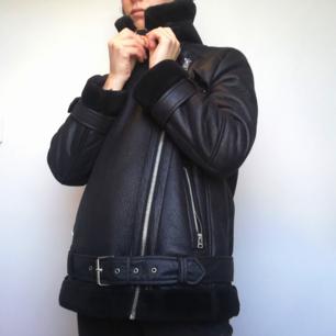Svart faux shearling leather jacket i bikermodell från Topshop i stl 38. Jag har stl 34 och köpte lite större storlek för att den skulle sitta lite lösare. Köpt förra året och i bra skick. Frakt 63 kr.