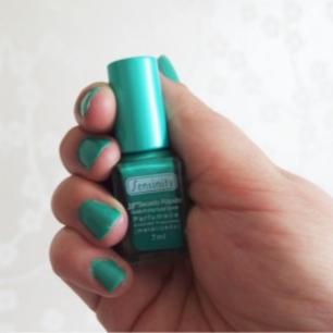 Sensinity Nagellack - (74) Te Verde Ett nagellack med lätt doft. Nagellacket torkar snabbt och har även ett matt resultat. ( Köparen står för frakten 9kr )