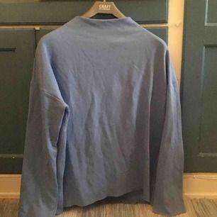 Långärmad ljusblå tröja från weekday med turtleneck-krage. Sparsamt använd. Säljer pga att den inte är min stil längre. Möts upp i uppsala eller så betalar köparen för frakt! 🤪