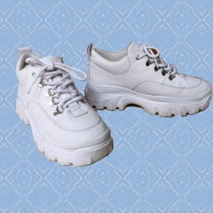 Vita Truffle skor i strlk 39 :) lite slitage som ni kan se på bild 2&3, men annars i fint skick! Köparen står för frakten:)