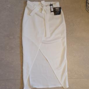 Omlott kjol i vit färg  Oanvänd etiketter finns på