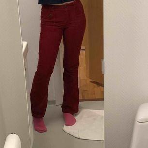 Röda bootcut manchesterbyxor, köpt på secondhand🤩🤩🤩 Har en extraknapp så man kan göra midjan mer rymlig om man vill!!:) köparen står för frakten