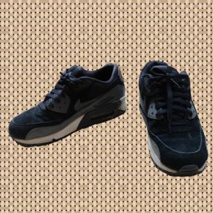 Svarta Nike sneakers, strlk 38,5!!! Använt skick:) Köparen står för frakten.
