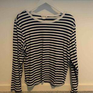 Fin randig tröja ifrån Monki i storlek M. Knappt använd då jag tycker den sitter lite för pösigt på mig