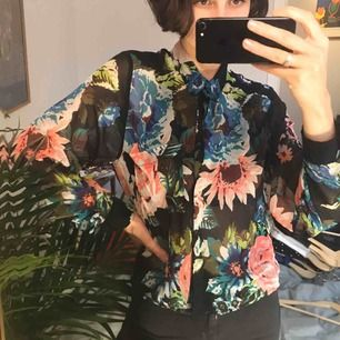 Supersöt blus i en blommigt mönster! Som ny!