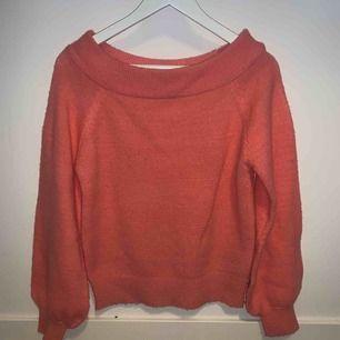 Snygg korall rosa tröja ifrån Ginatricot i storlek M (passar S) färgen fångas inte riktigt på bild men är riktigt fin!