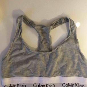 En knappt använd Calvin Klein topp! Så gott som ny😍 (det är inte fläckar på den utan det är skuggan! )
