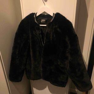 Oversized jacka, slutar i höjd med höften och har en glittrig krage som får jackan att se lyxig ut!  Köpt för ett år sen och använd 2-3 ggr, så gott som ny!  Priset kan diskuteras vid snabb affär! Kan skicka, annars möts jag gärna på Kungsholmen.